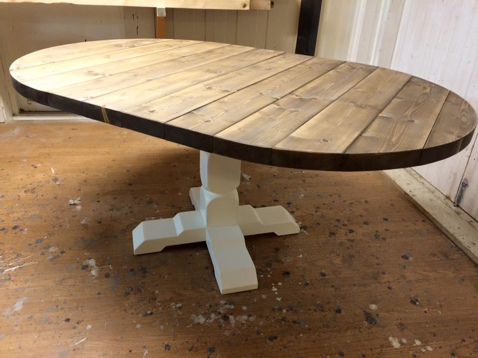 Rundt spisebord med ileggsplate  Huset i skogen